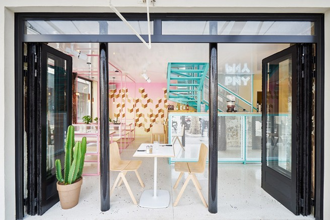 A Paris Restaurant That Serves Tasty Burgers And Colorful Interiors (14)