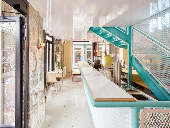 A Paris Restaurant That Serves Tasty Burgers And Colorful Interiors (16)