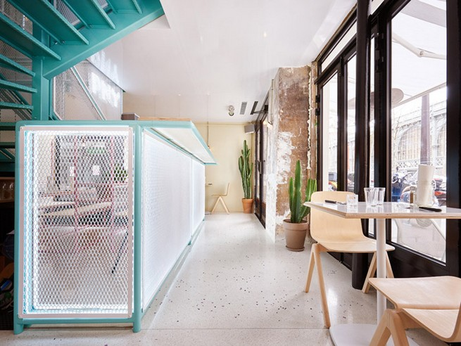 A Restaurant In Paris That Serves Tasty Burgers And Colorful Interiors (4)
