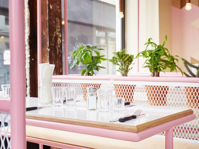 A Restaurant In Paris That Serves Tasty Burgers And Colorful Interiors (5)